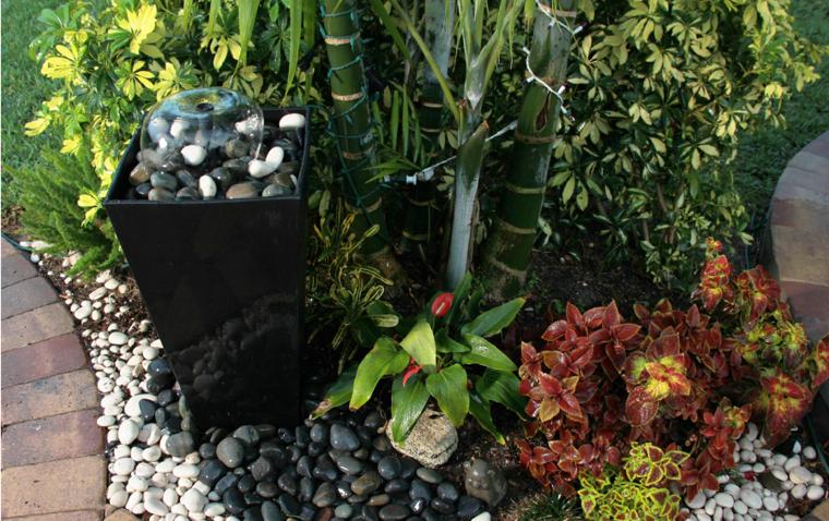 fuente pequeña decorada piedras