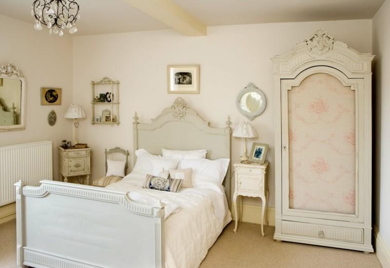 habitacion antigua muebles cojines armario