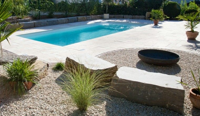 hierbas ornamentales rocas piscina macetas