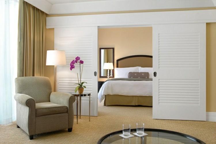 Puerta corredera 50 modelos para un espacio funcional for Habitaciones con puertas correderas