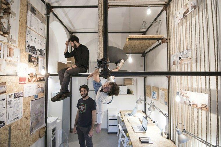 interior taller tio colgando andamio