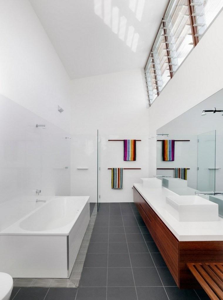 Baño Estilo Contemporaneo:Interiores minimalistas baños modernos con losas blancas en la pared