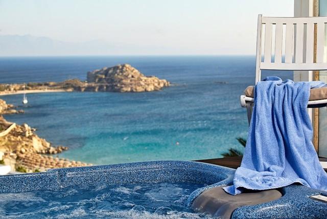 Baño Relajante Jacuzzi:Un relajante baño con hidromasaje durante el atardecer, ¿Verdad que