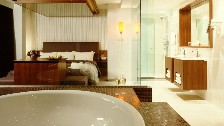 Jacuzzi interior toda una experiencia spa en tu habitaci n for Habitacion familiar con jacuzzi