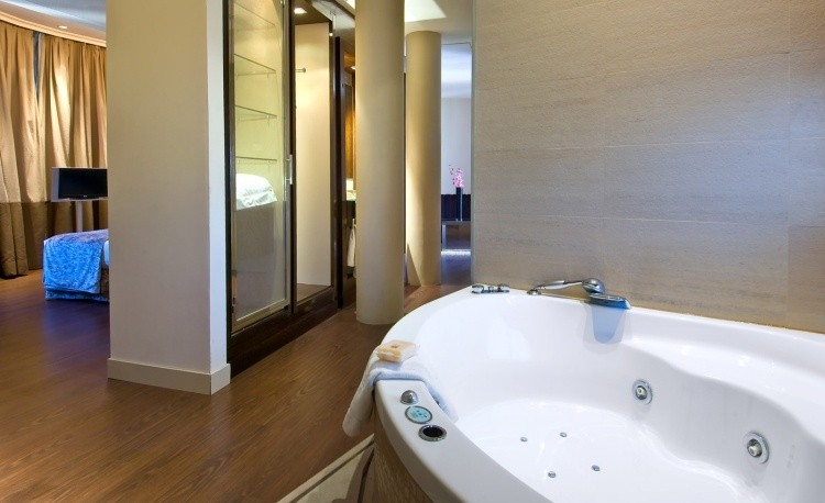 jacuzzi interior television dormitorio pared