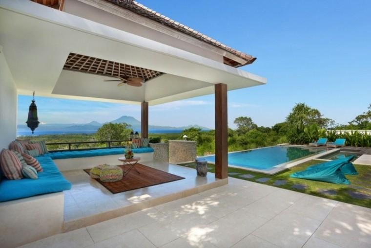 jardin amplio banco hormigon piscina tumbonas ideas