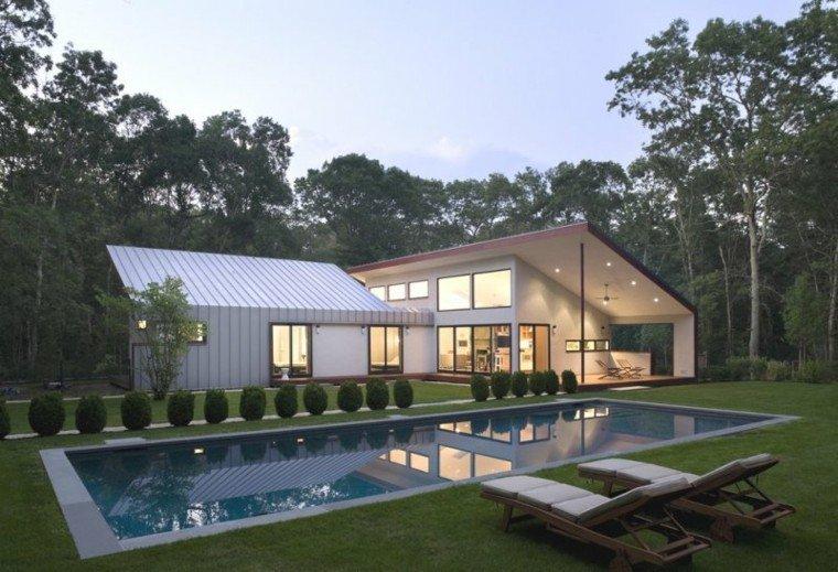 jardin amplio cesped piscina tumbonas ideas