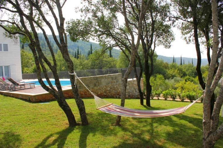 jardin amplio hamaca colores vibrantes cesped ideas - Hamacas Jardin