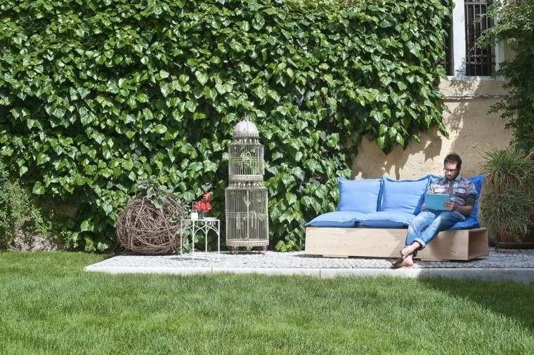 jardin cesped sofa cojines azules madera ideas