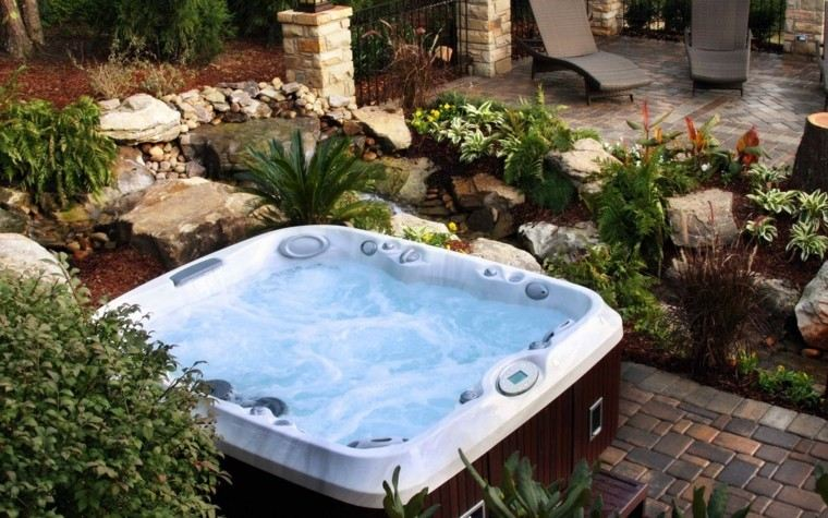 jardin estanque piedras decorativas jacuzzi ideas