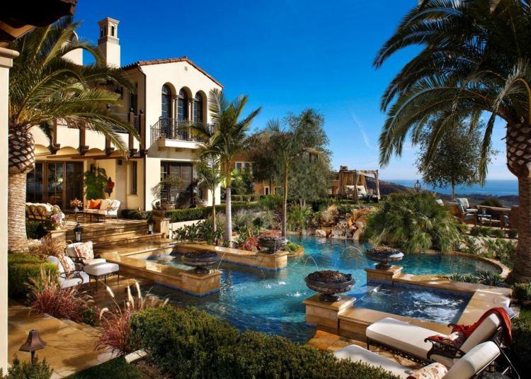 jardin mediterraneo amplio palmeras piscina ideas