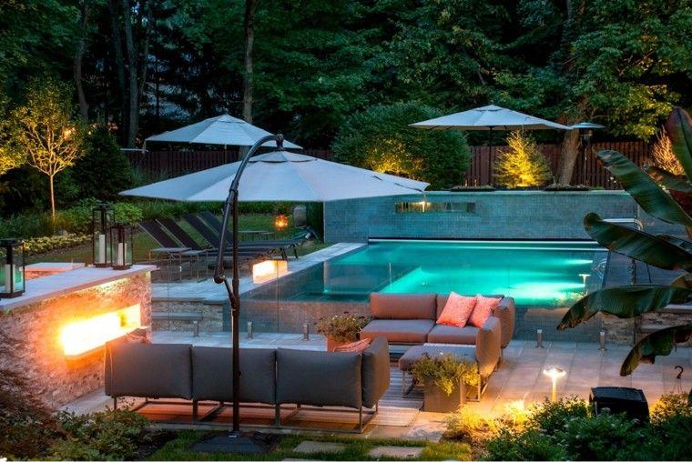 jardin moderno luces sombrillas chimenea