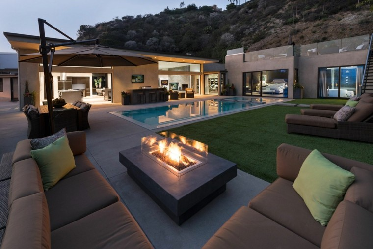 jardin moderno sofas marrones chimenea