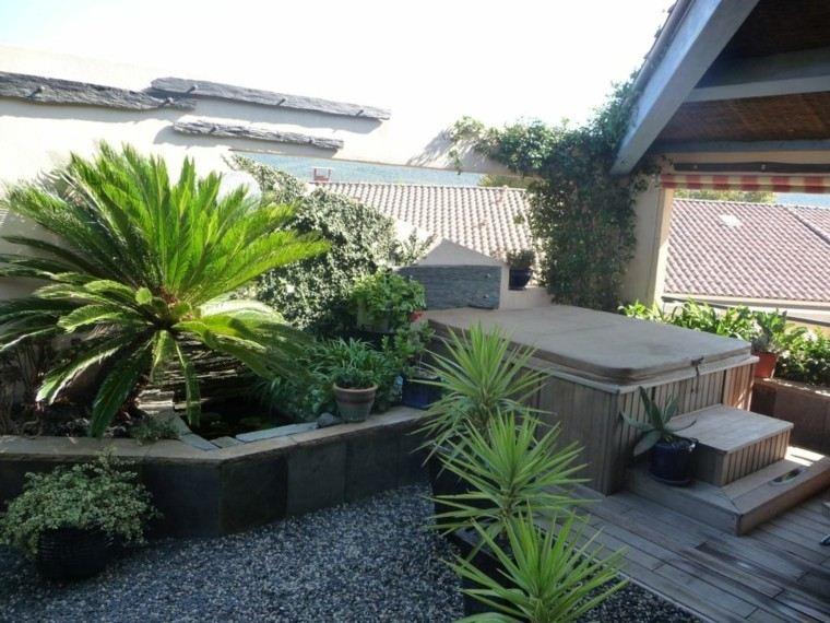 jardin pequeno plantas piedras madera ideas