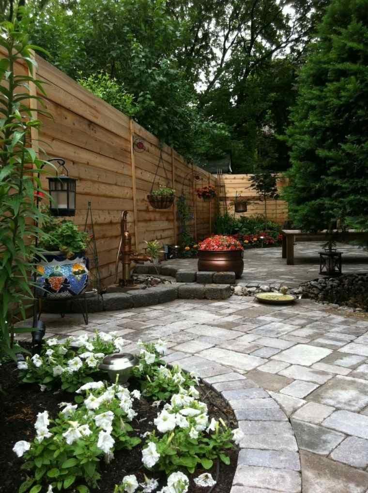 jardin pequeno valla alta madera flores ideas
