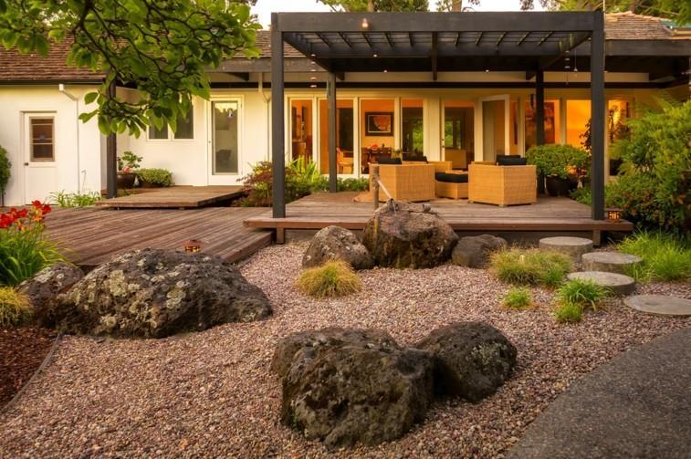 jardin pergola madera guijarros rocas