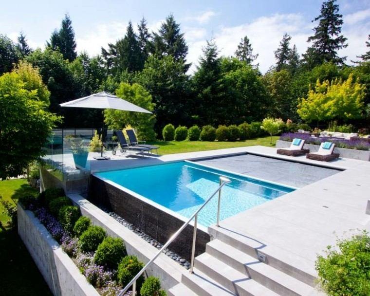 jardin piscina tumbonas sombrilla blanca ideas