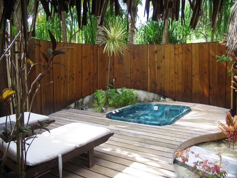 jardin trasero valla madera tumbonas jacuzzi ideas