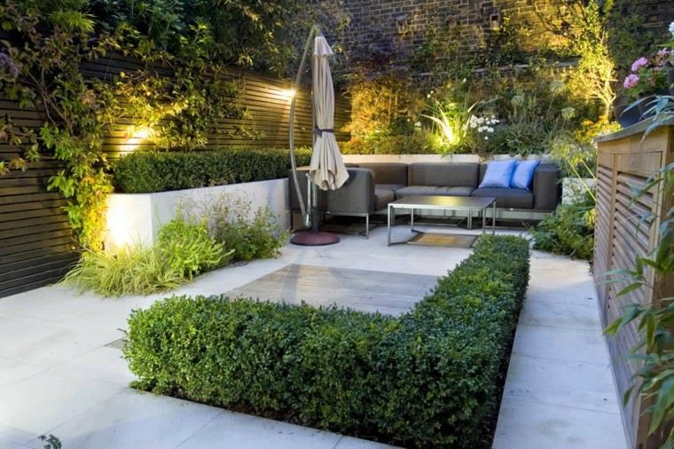 jardin pequeno sofa negro sombrilla ideas