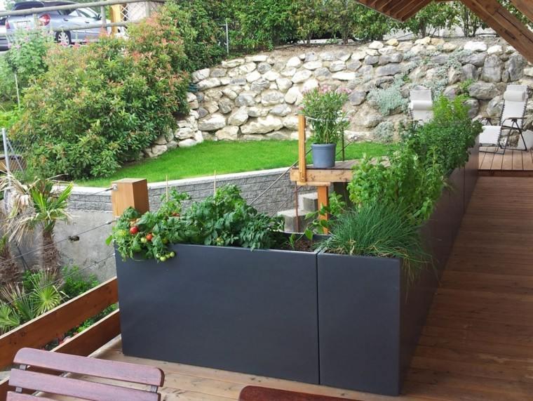 Macetas jardineras y plantas preciosas en el jardn