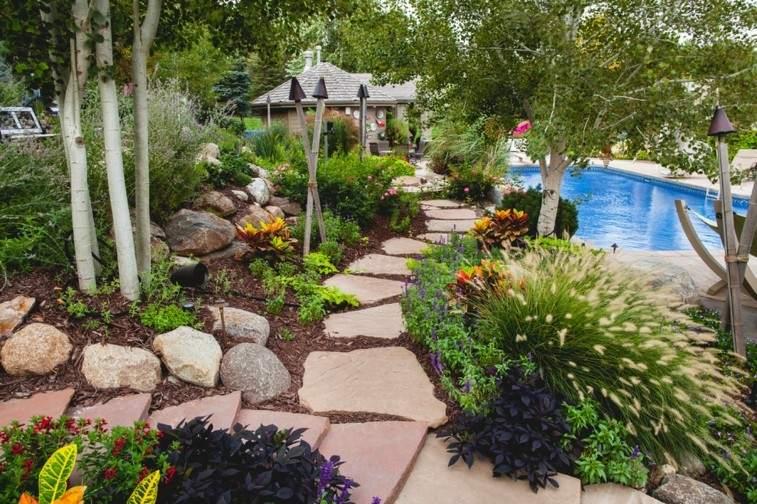 jardin piscina camino piedras