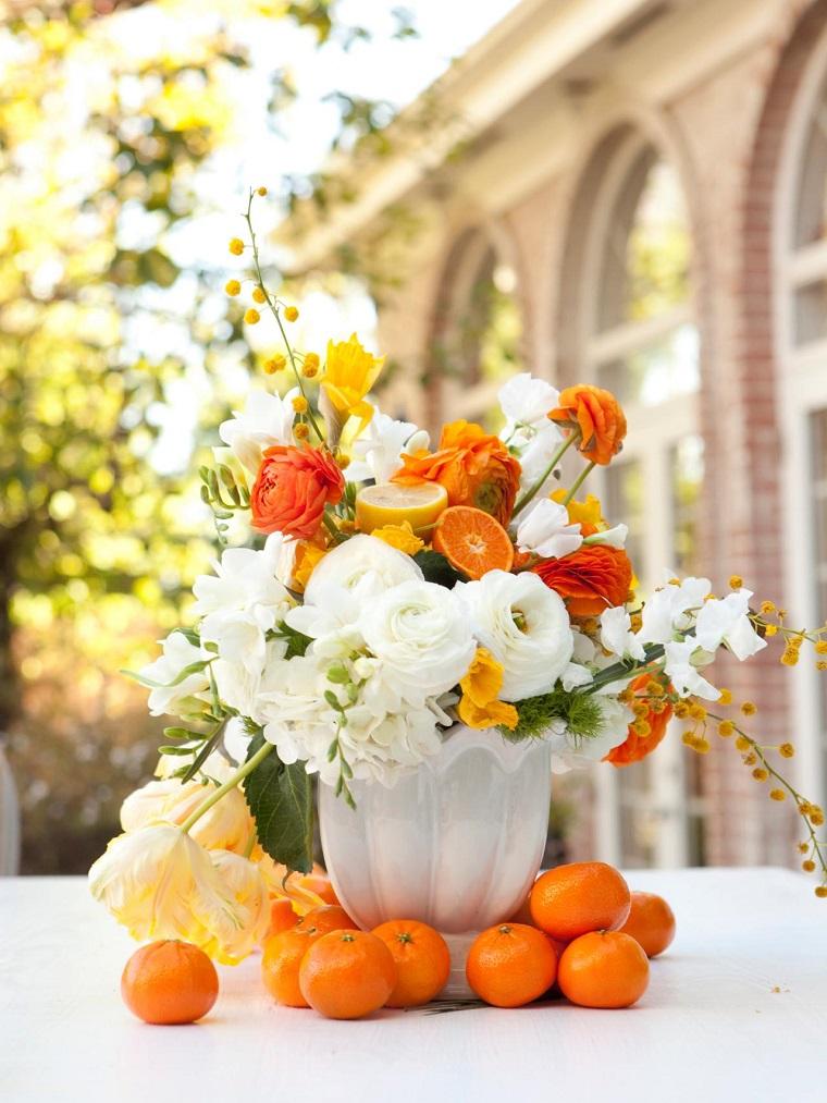 jarron blanco flores frutas decoracion mesa ideas