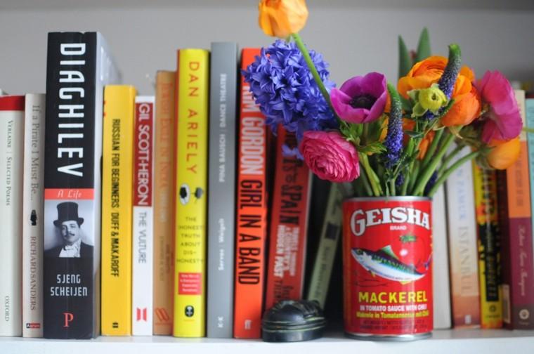 libros paisaje decorativo envase flores