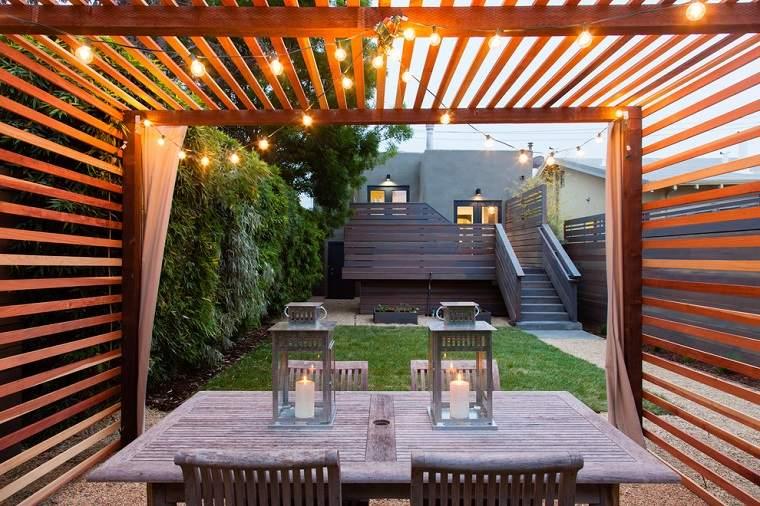 listones madera tono claro patios
