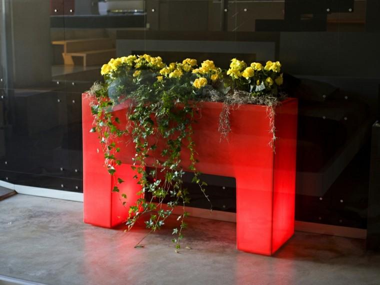 maceta roja ilumina jardin noche ideas