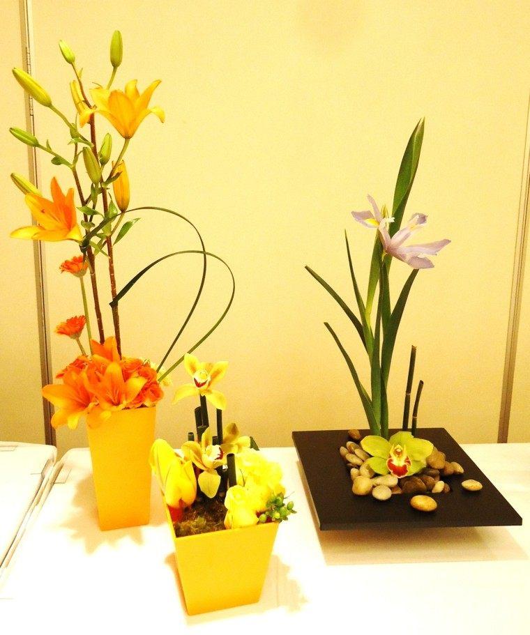 macetas amarillas plato flores piedras ideas