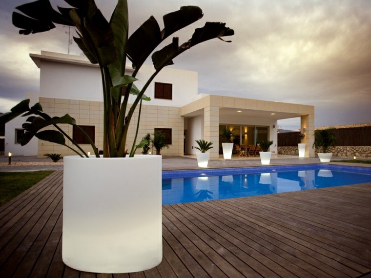 macetas blancas iluminan jardin noche distintas formas ideas