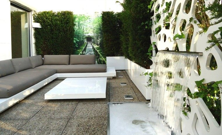 Macetas jardineras y plantas preciosas en el jard n - Jardineras con ruedas ...
