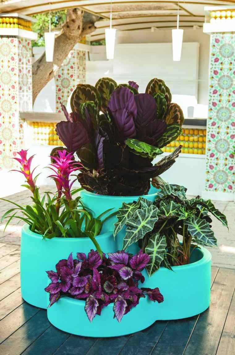 Macetas jardineras y plantas preciosas en el jard n - Macetas de piedra para jardin ...