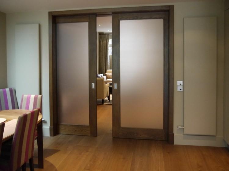 madera elegante puertas rayas comedor