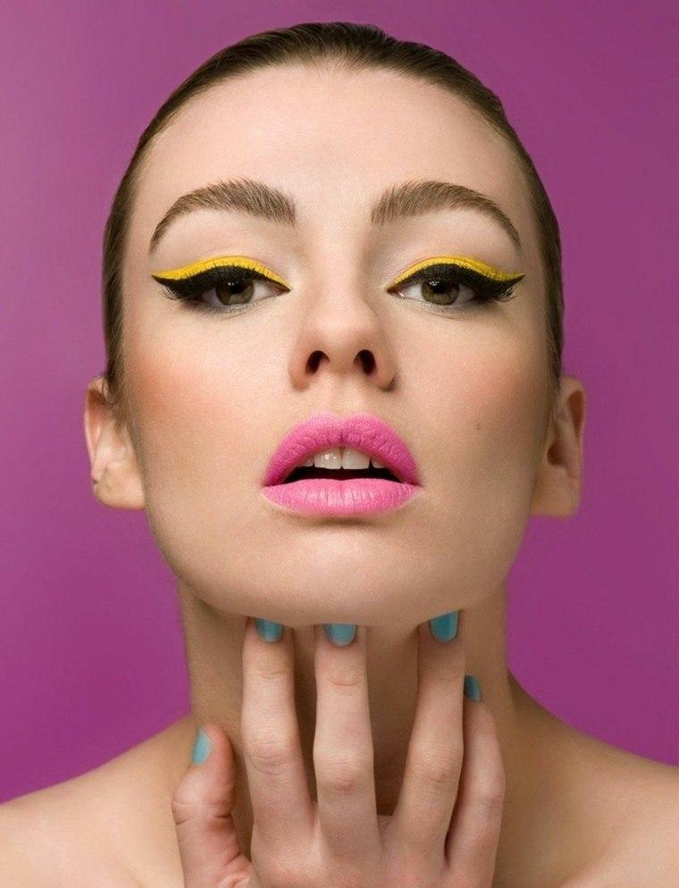 maquillaje de ojos amarillo boca rosa
