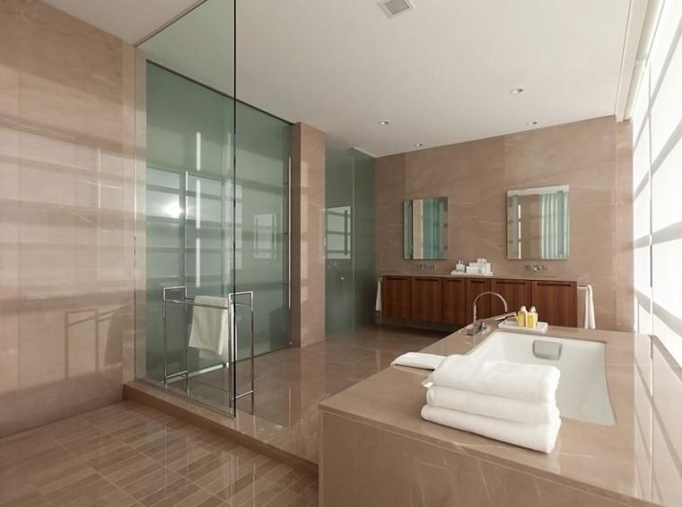 Baños Modernos Acabados:Pisos pequeños con paredes de ladrillo y diseño moderno