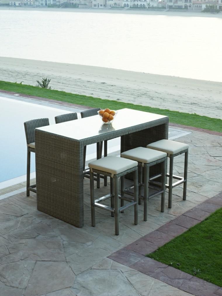 mesa añta sillas altas jardin