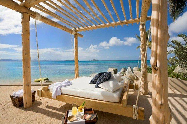 mobiliario playa arena troncos mar