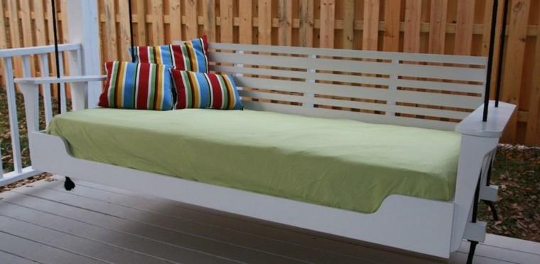 mobiliario terraza cojines coloridos muro