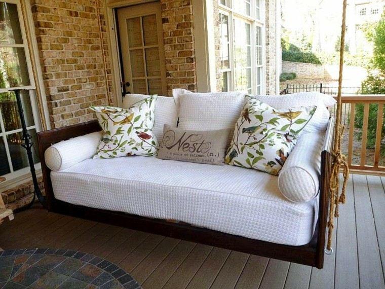 mobiliario terraza cojines florales alegres
