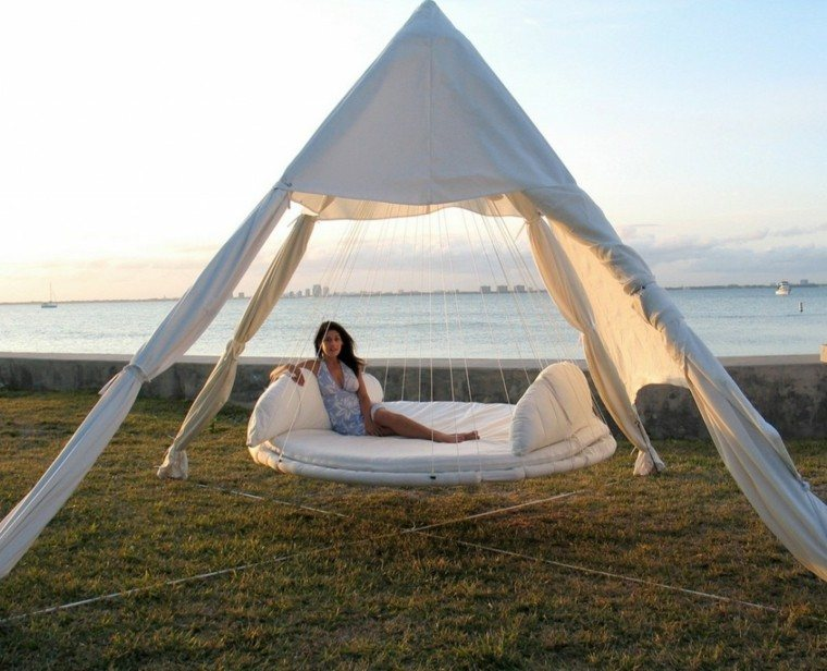 moderna cama colgante blanca piramidal