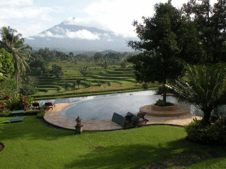 montaña jardin pergola tumbonas cesped