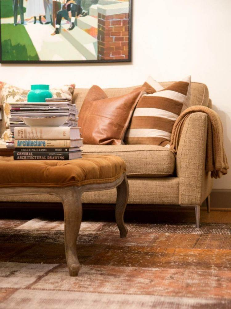 muebles de salón colores taburete pies madera cojines cuero ideas