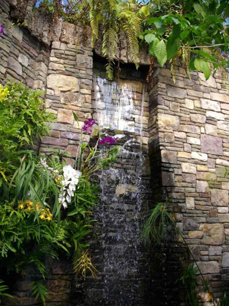 muro piedra fuente cascada vertical