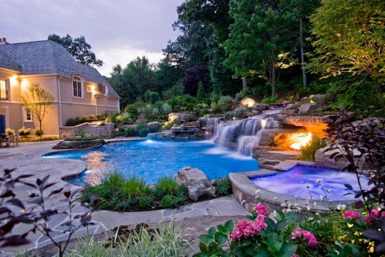 natural piscina patio floreado cascada
