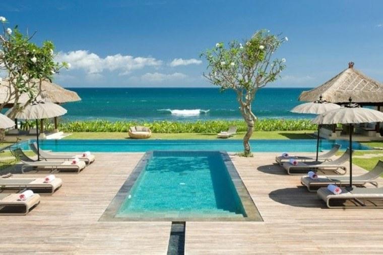 palmeras sombrillas oceano tumbonas plataforma