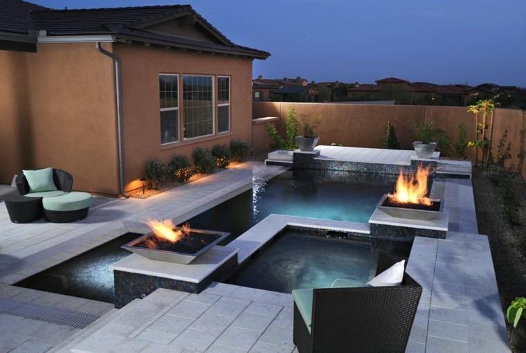 patio noche piscina cascadas