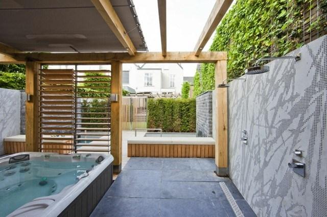 patio trasero jacuzzi ducha madera