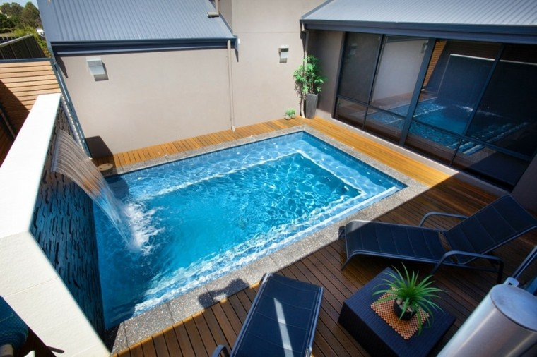 pequeña terraza madera piscina cascada
