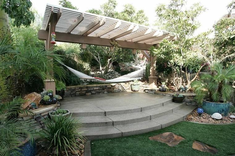 pergola madera jardin tropical cesped palmeras ideas